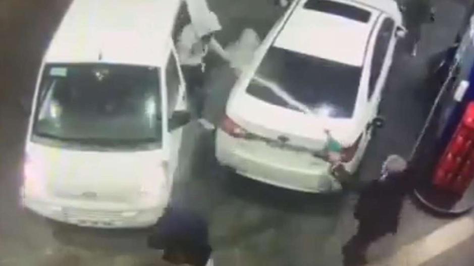 Viral: Lelaki Simbah Perompak Kereta Dengan Petrol Di Stesen Minyak